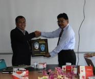 Serah terima cenderamata dari LPPM Universitas Negeri Malang ke LPPM Universitas Andalas
