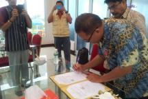 Penandatangan kontrak kerjasama oleh Dosen Peneliti, Bapak Dr. Ir. Indra Junaidi Zakaria, M.Si