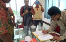 Penandatangan kontrak kerja sama oleh Bapak Prof. Dr. Herwandi, M.Hum, Ketua Lembaga Penelitian dan Pengabdian kepada Masyarakat
